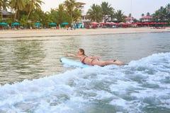 Dziewczyna surfing w oceanie zdjęcia stock