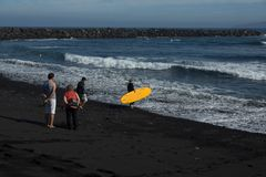 Dziewczyna surfingowiec iść ocean fotografia royalty free