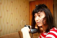 Dziewczyna suszy włosy Zdjęcia Stock