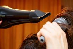 Dziewczyna suszy włosy Fotografia Stock