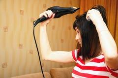 Dziewczyna suszy włosy Zdjęcie Royalty Free