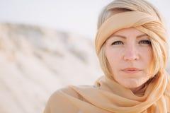 Dziewczyna szalika głowy szalika burqa pustynny hijab zdjęcie stock