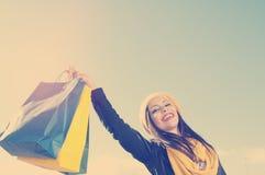 Dziewczyna szczęśliwa dla robić zakupy stosować filtrowego instagram styl i fla Obraz Royalty Free