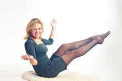 dziewczyna szczęśliwa siedzi Zdjęcie Stock