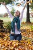 Dziewczyna szczęśliwi rzuty spadać liść obraz royalty free