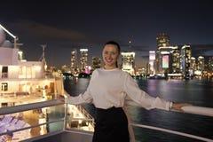 Dziewczyna szczęśliwy uśmiech na linii horyzontu nocy widoku w Miami, usa obrazy royalty free