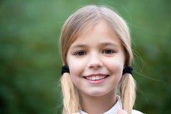 Dziewczyna szczęśliwy uśmiech z blondynów ponytails na naturalnym środowisku Obrazy Royalty Free