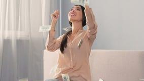 Dziewczyna szczerze raduje się pieniądze spada od nieba, wygrana loteria, zwolnione tempo zbiory wideo