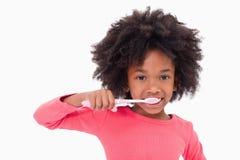 Dziewczyna szczotkuje jej zęby fotografia stock
