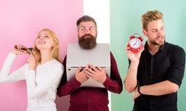 Dziewczyna szczotkuje włosianego mężczyzna pracy laptop Punktualność i timing Dokuczający szef Niepunktualni ludzie zazwyczaj dok obrazy stock
