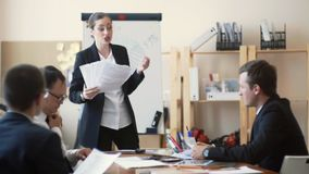 Dziewczyna szef jest śledczym słabym występem ich personel, widzii ich raporty i łaja, zbiory