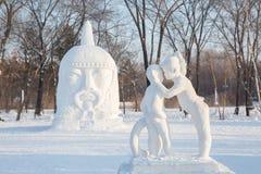 Dziewczyna szepcze w chłopiec uszatej rzeźbie Obraz Royalty Free