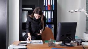 Dziewczyna szpieg penetrował w głównego biuro tajna informacja i korporacja zdjęcie wideo