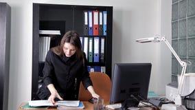Dziewczyna szpieg penetrował w głównego biuro tajna informacja i korporacja zbiory
