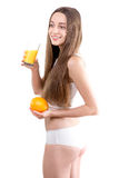 Dziewczyna t pije sok pomarańczowego przeciw wh fotografia stock