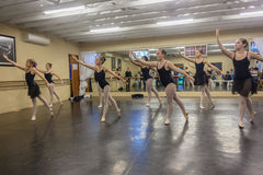 Dziewczyna tana Baletniczy studio Obraz Stock
