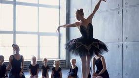 Dziewczyna tancerz w balet szkole uczy się tanczyć Mała balerina w szkoleniu w czarnym tana kostiumu Dziecka ` s balet zbiory wideo