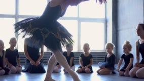 Dziewczyna tancerz w balet szkole uczy się tanczyć Mała balerina w szkoleniu w czarnym tana kostiumu Dziecka ` s balet zbiory