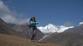 Dziewczyna tanczy na tle góry zbiory