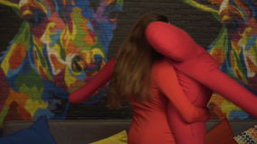 Dziewczyna tanczy wolnego tana z ampułą, miękka atrapa swobodny ruch W klubie zbiory