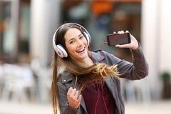 Dziewczyna taniec i słuchający muzyczny patrzejący ciebie zdjęcia royalty free
