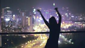 Dziewczyna taniec na dachu zbiory wideo