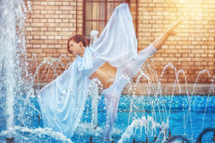Dziewczyna taniec w fontannie zdjęcie stock