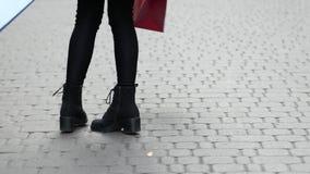 Dziewczyna taniec z torba na zakupy zdjęcie wideo
