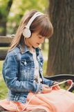 dziewczyna target414_1_ małą muzykę zdjęcie royalty free
