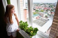 dziewczyna target936_0_ okno Fotografia Stock
