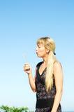 Dziewczyna target212_1_ dandelion Zdjęcie Royalty Free