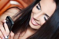 Dziewczyna target396_0_ na telefonie Zdjęcie Royalty Free