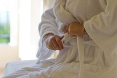 Dziewczyna target809_0_ jej biały bathrobe Fotografia Royalty Free