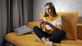 Dziewczyna tekstów wiadomość na Smartphone zdjęcie wideo
