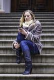 Dziewczyna Texting na telefonie Fotografia Stock