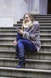 Dziewczyna Texting na telefonie Obraz Stock