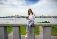 Dziewczyna texting na telefonie 01 Obraz Royalty Free