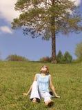 dziewczyna trawnik Zdjęcie Royalty Free