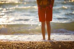 Dziewczyna trwanie na plaży z powrotem obrazy royalty free