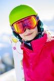 Dziewczyna trwanie portret na świeżym prochowym śniegu Fotografia Royalty Free