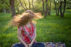 Dziewczyna trząść jej włosy w parku fotografia stock