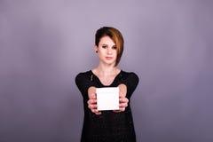 Dziewczyna trzyma białego pudełko z krótkim ostrzyżeniem obraz royalty free
