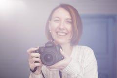 Dziewczyna trzyma cyfrową kamerę i spojrzenia w okulistycznym viewfinder zdjęcia stock