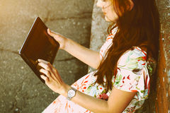 Dziewczyna trzyma cyfrowego pastylka komputer osobistego Zdjęcie Royalty Free
