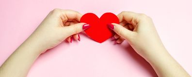 Dziewczyna trzyma czerwonego serce w rękach Walentynki ` s dnia pojęcie dzień serc ilustracja odizolowywał miłości romansowego s  obraz stock