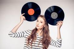 Dziewczyna trzyma dwa roczników winylowego rejestr dla muzycznego rozrywki pojęcia Zdjęcia Stock