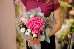 Dziewczyna trzyma eleganckiego bukiet różowe róże, hortensja, eucalyp Obrazy Royalty Free