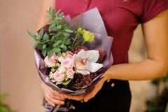Dziewczyna trzyma eleganckiego bukiet róże, orchidea, eukaliptus Fotografia Royalty Free