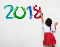 Dziewczyna trzyma farby muśnięcie maluje szczęśliwego nowego roku 2018 Zdjęcia Stock