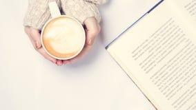 Dziewczyna trzyma filiżankę kawy z latte sztuką Wolnego czasu pojęcie Fotografia Royalty Free